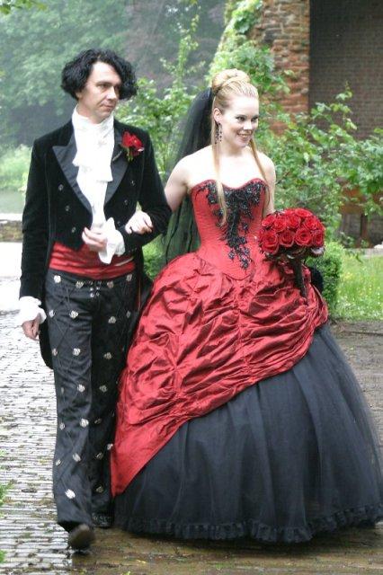 Меж множества стилей в свадебном одеянии, свадебные платья в готическом стиле ярко выделяются некой эпатажностью и фасонистостью линий